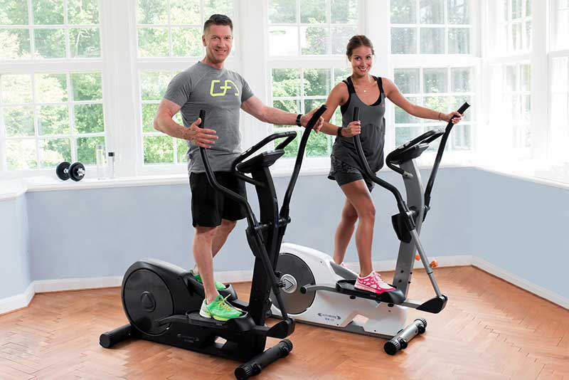 beneficios-bicicleta-eliptica-chica-chico-entrenando