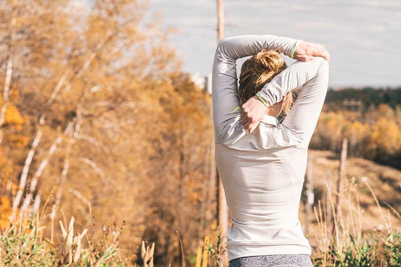 cuanto-tiempo-esperar-hacer-ejercicio-despues-comer-chica-estirando