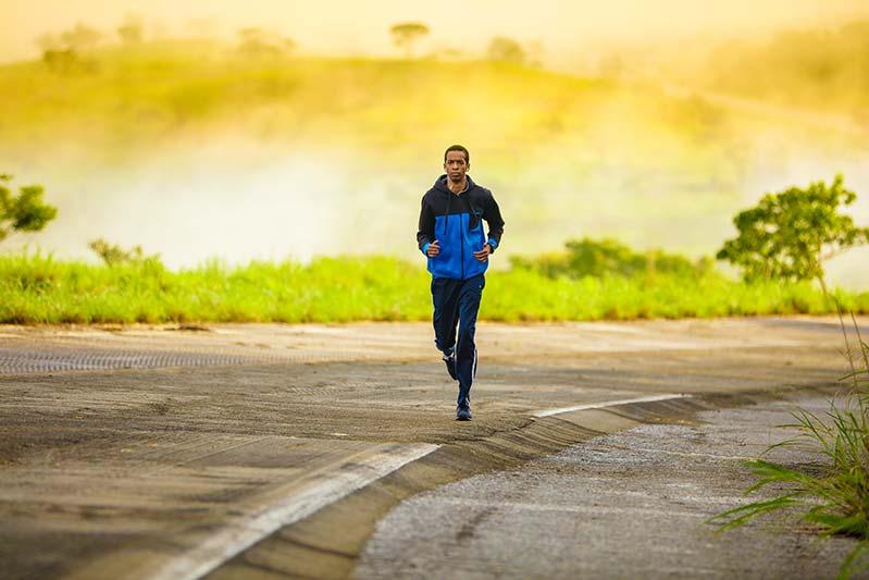 cuanto-tiempo-esperar-hacer-ejercicio-despues-comer-chico-corriendo