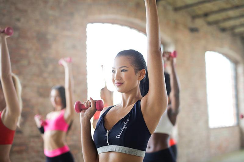 ejercicios-para-quemar-calorias-chica-mancuernas