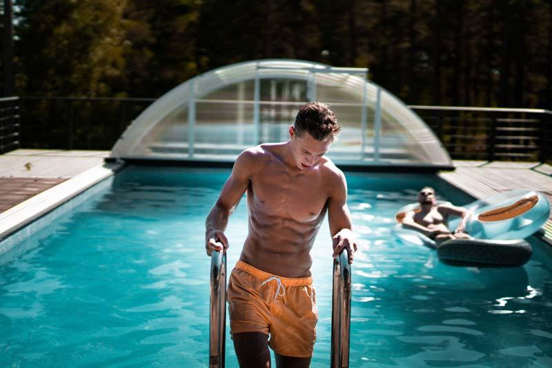 ejercicios-abdominales-para-hombres-en-casa-chico-piscina