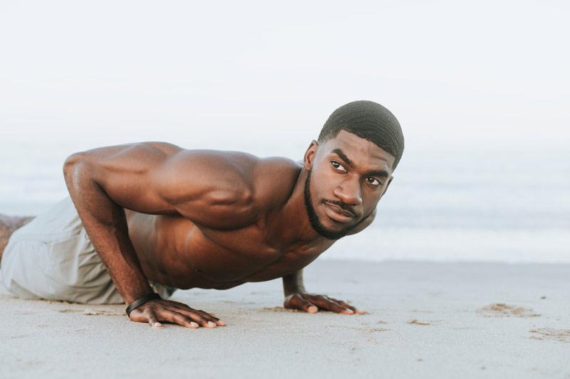 ejercicios-abdominales-para-hombres-en-casa-flexiones