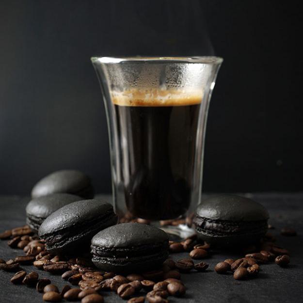 taza de café negro y pastas negras