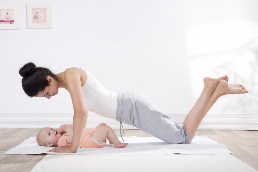 Madre joven haciendo ejercicios para reforzar el suelo pélvico