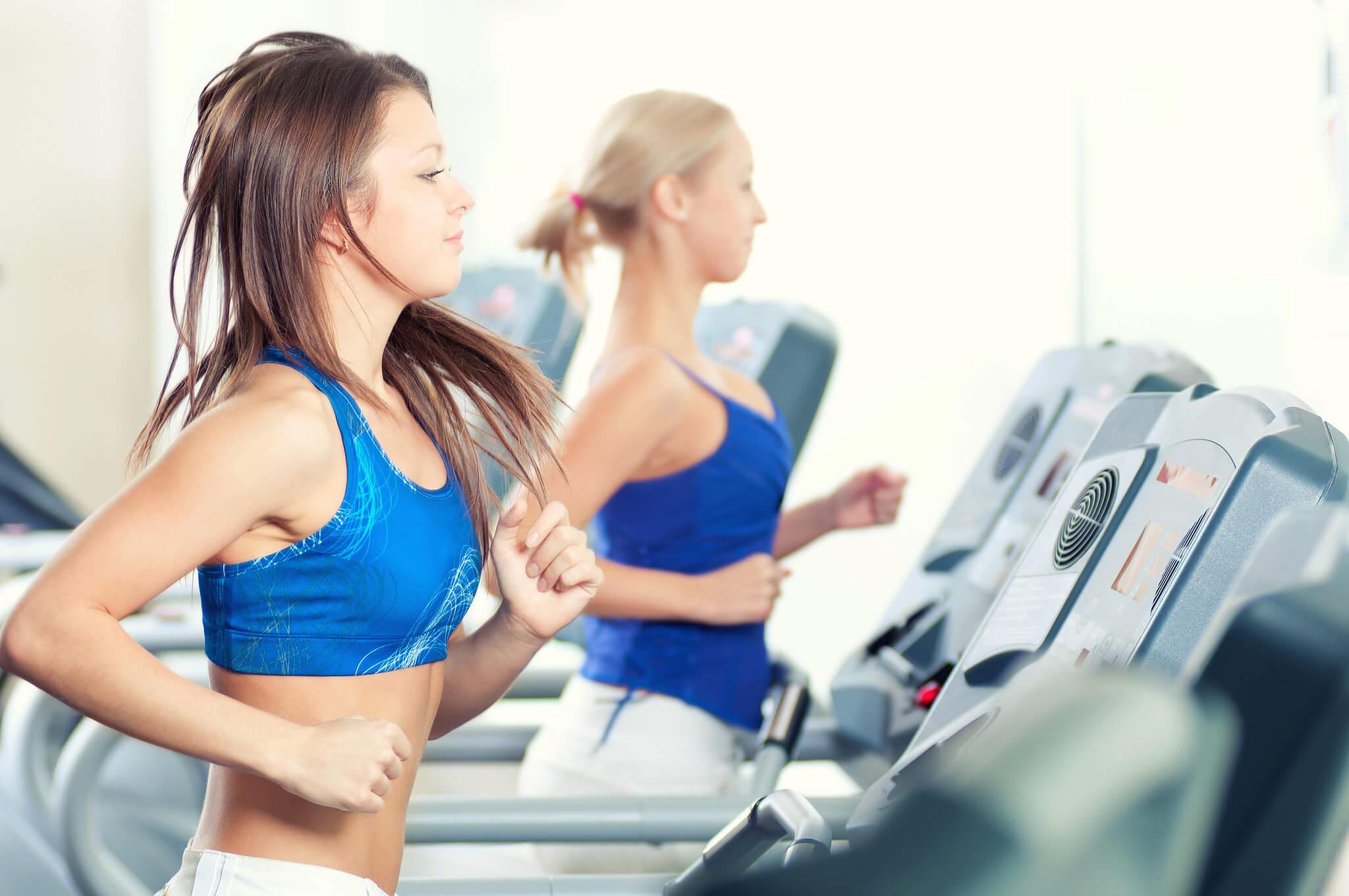 Chica haciendo ejercicio en la cinta de correr