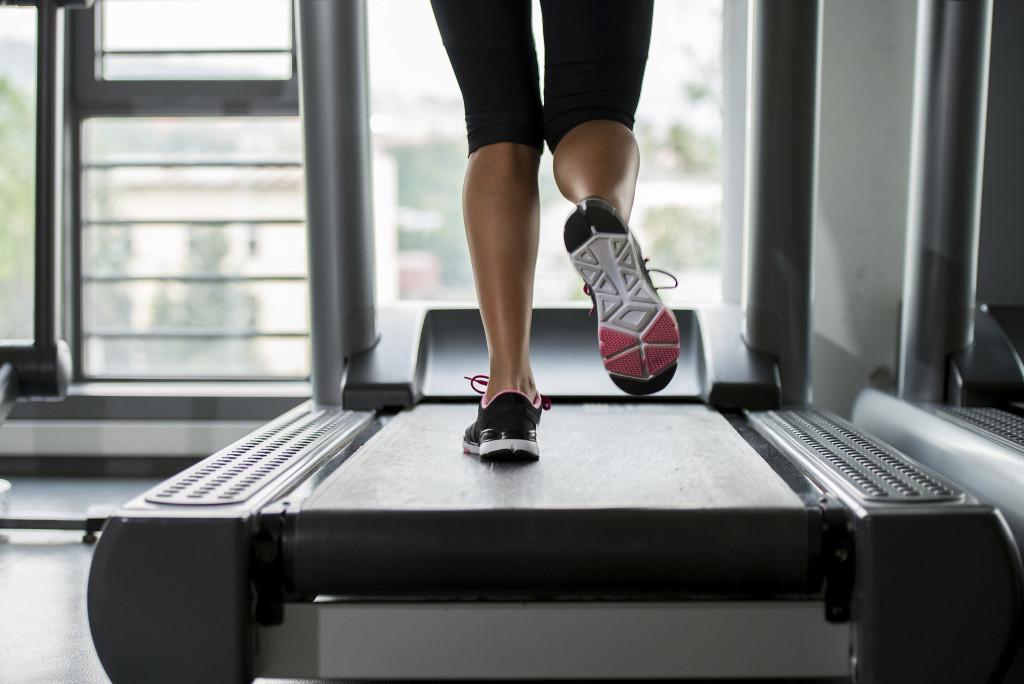 Los pasos en la cinta de correr