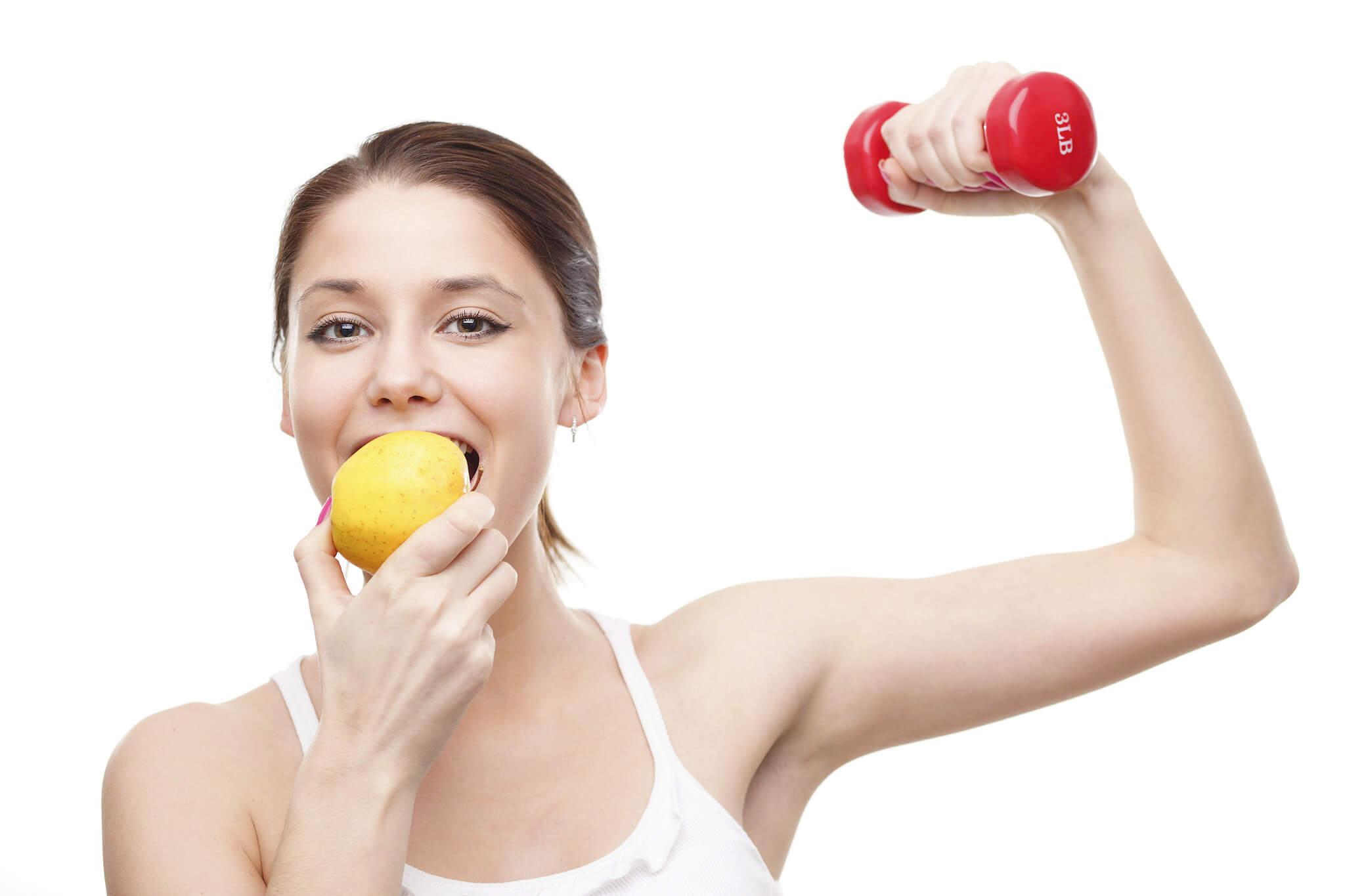 Chica comiendo una manzana