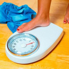 7 razones por las que subes de peso por la noche y cómo evitarlo