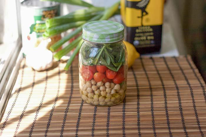 Mason Jar de garbanzos y ensalada