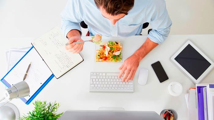 Chico comiendo en la oficina