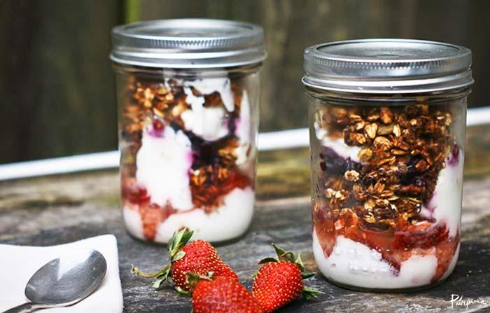 Mason jar de postre con yogur frutos secos y fresas