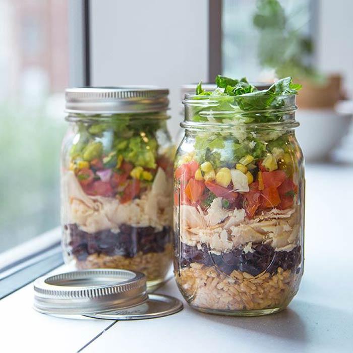 Mason jar con ensalada y arroz