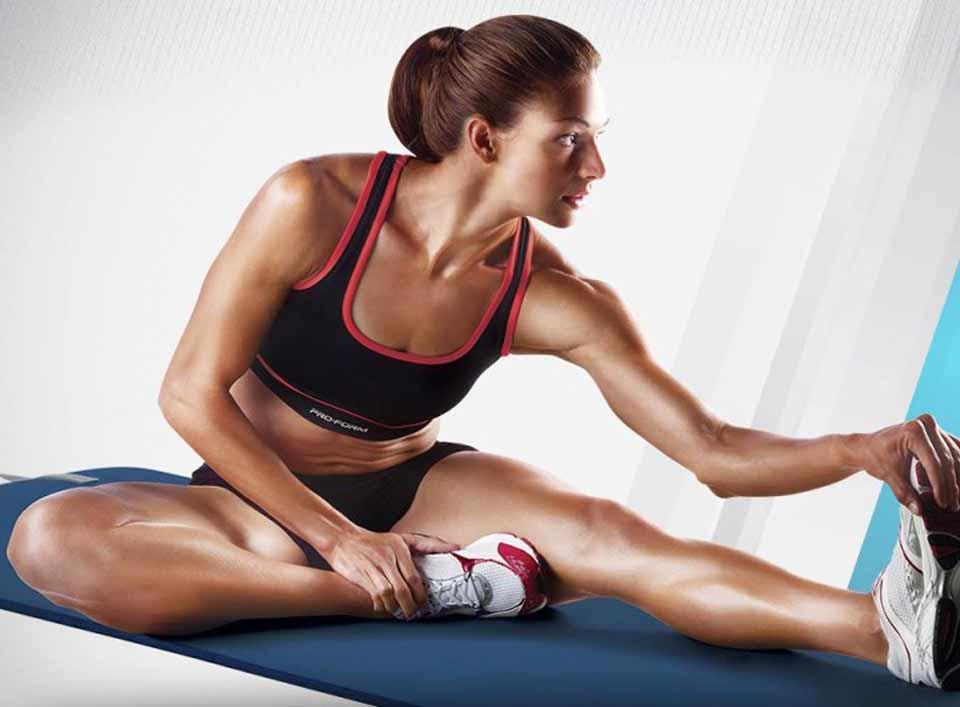 chica-fitness-estirar-gimnasio