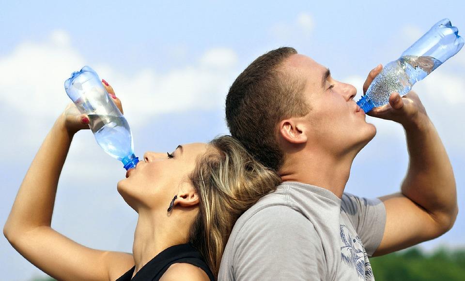 bebiendo-agua-retencion de liquidos