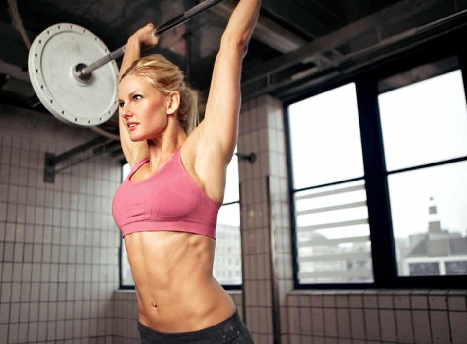 levantar pesas-gimnasio-chica-fitness