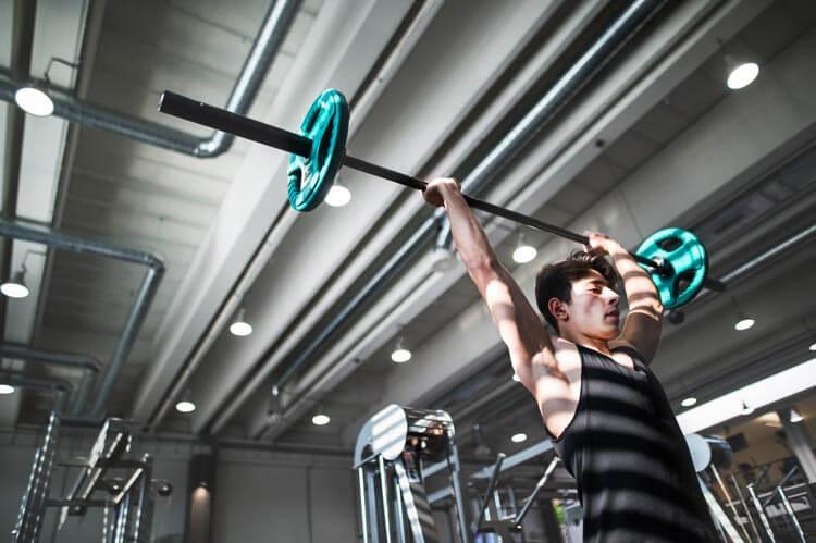 entrenamiento-cardio-liss-hombre-pesas