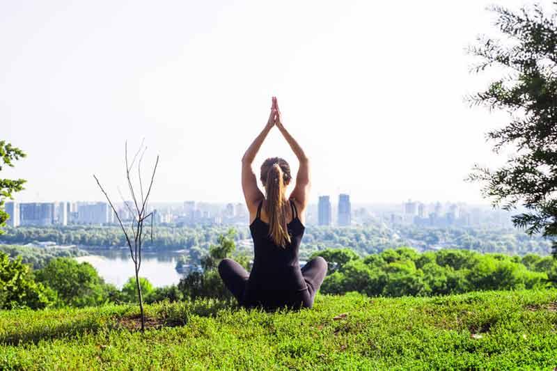 como-combatir-la-ansiedad-chica-yoga