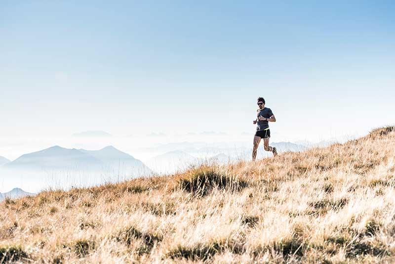 desayunar-antes-despues-hacer-ejercicio-chico-corriendo
