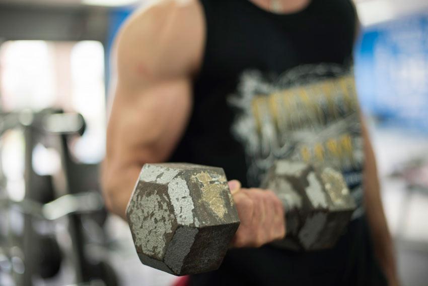 vuelta-al-gimnasio-despues-de-un-ano-ejercicios-de-pesas