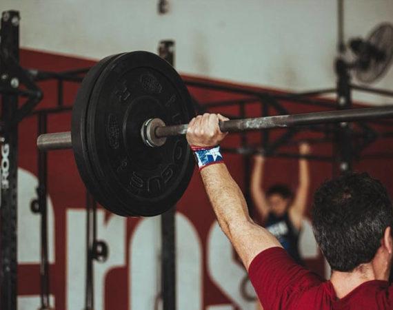 tecnica-levantamiento-peso-hombre-levantando-peso-gimnasio