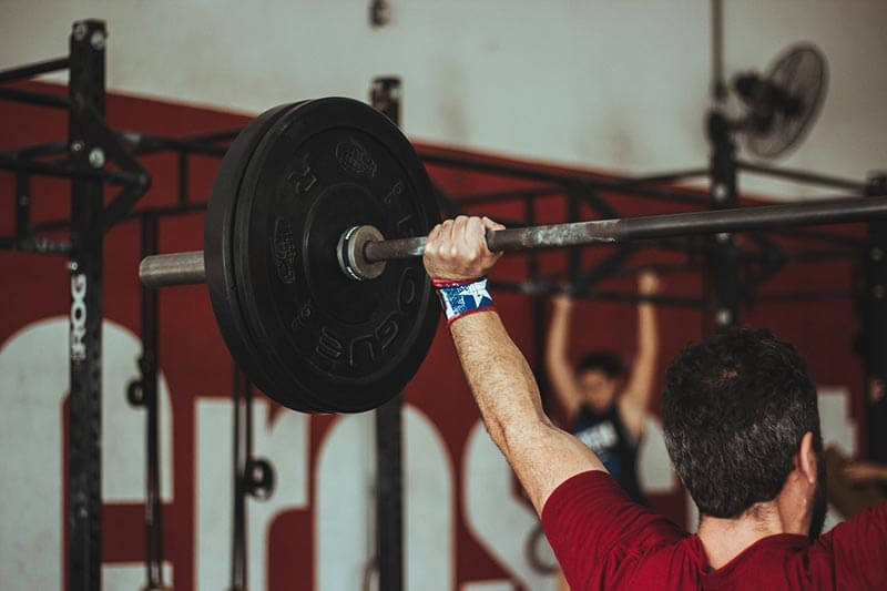 tecnica-peso-muerto-hombre-levantando-peso-gimnasio