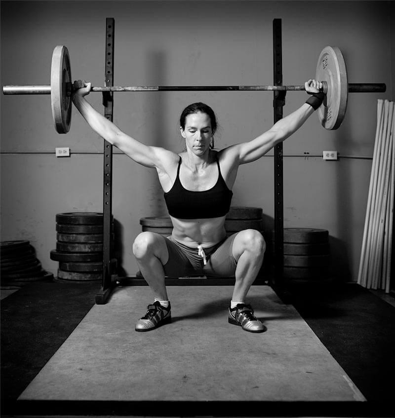 maniobra-de-valsalva-mujer-levantando-peso-correctamente