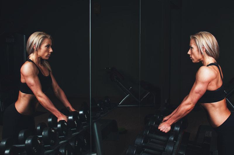 16-ejercicios-con-mancuernas-en-casa-chica-mancuernas