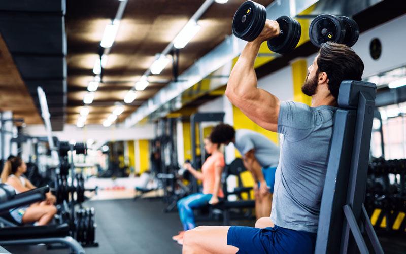 ejercicios para hombros gimnasio