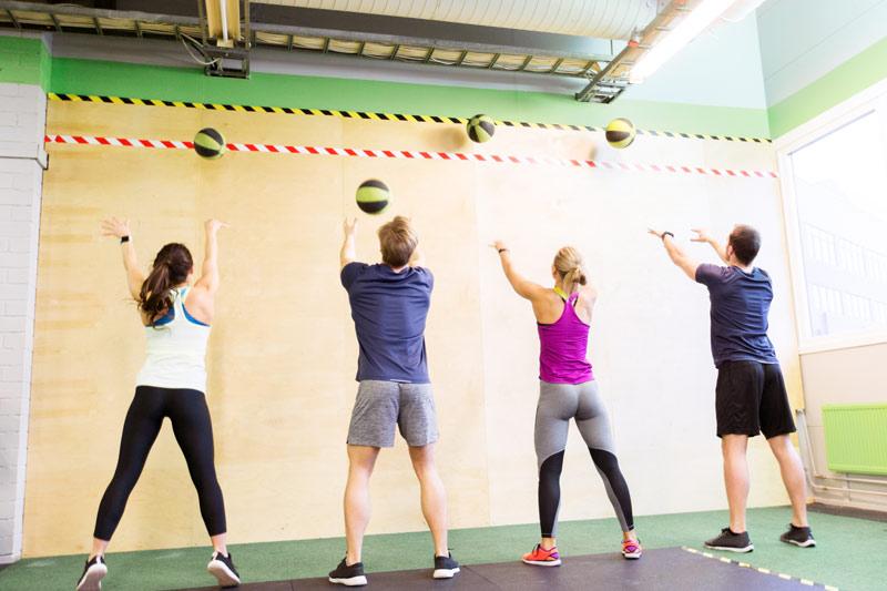 ejercicios con balón medicinal brazos