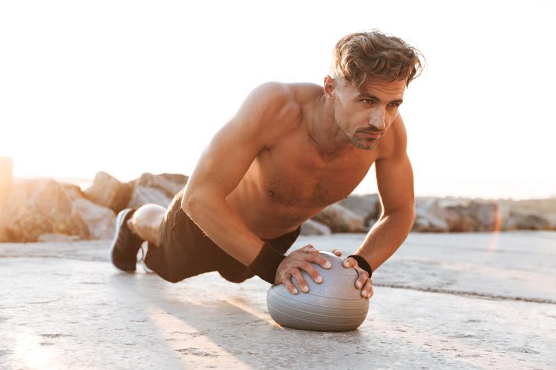ejercicios con balón medicinal adbominales