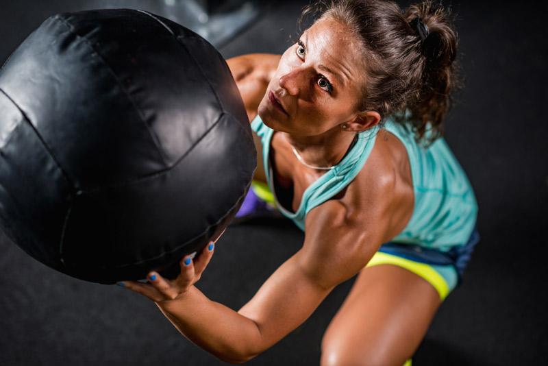 ejercicios con balón medicinal sentadillas