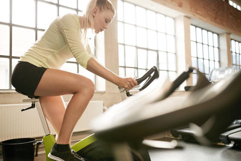 Para qué sirve el spinning exactamente mujer entrenando