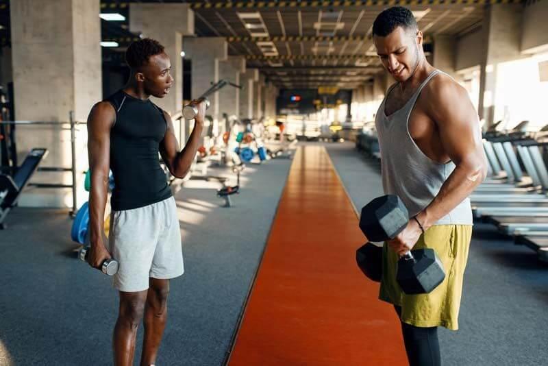 proposito-hacer-deporte-gimnasio-mancuernas