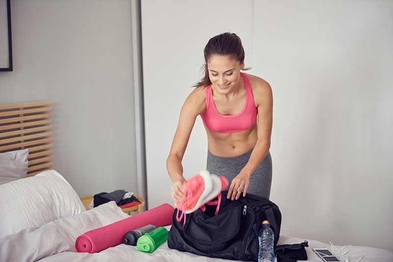 preparando bolsa-gimnasio-mujer