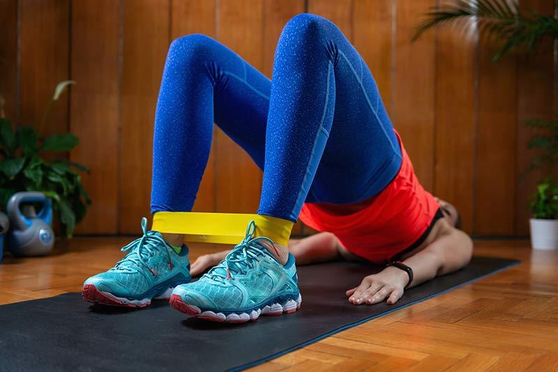 ejercicio-gomas-elasticas- gluteos