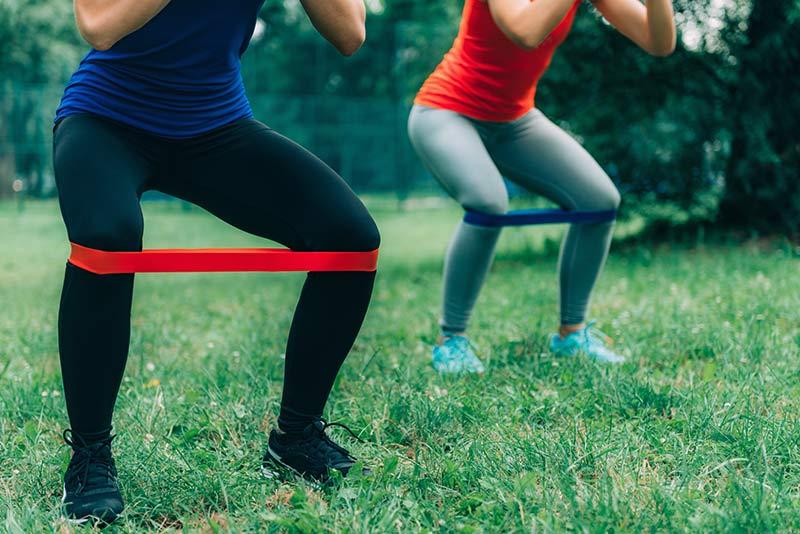 ejercicio-gomas-elasticas-piernas